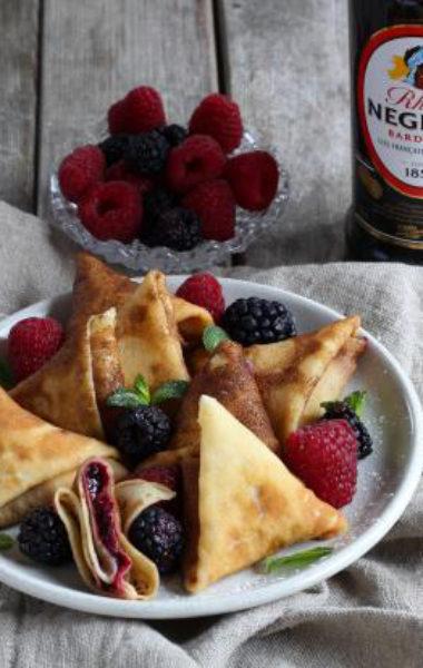 Samoussas de crêpes au rhum et compotée de fruits rouges